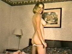 Cariñosa chica con grandes tetas muestra su coño peludo en un clip retro