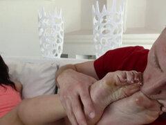 Ebony babe chupa semen dedos de los pies. Culo montura y coño follada ébano bebé chupa semen apagado dedos de los pies en hi def
