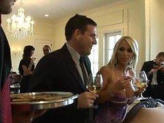 Hermosa rubia Holly Halston demuestra ser una excelente ama de casa considerada