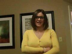 Joven chica tetona de gafas áspera cogida casera