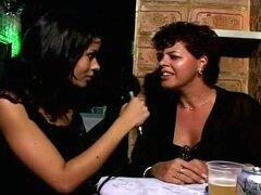 Dos latinas putas obtener digitación y follada en noche Club orgía, un par de hermosas putas latinas se dedos y follada en público en este sexo en grupo follando escena. Hay un montón de gente en este club erótico, girando bajo las luces tenues como las r