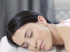 Someter las necesidades lujuriosas de la belleza. Masajista es calmante belleza cuerpo sexy masaje con aceites