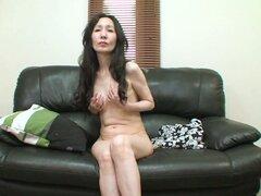 Mujer madura delgada Nobue Toyoshima se siente caliente hoy