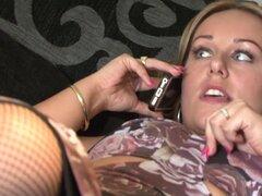 Libra Me como mi marido nunca lo hace, Ashley Rider es caliente como el infierno, ella solo quiere obtener jodido como su marido le no folla nunca y por lo tanto ella pide en su amigo Ricky para un buen coño hardcore golpeando.
