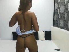 Chica rusa mostrando sus grandes tetas delante de la webcam. Ruso sexy tinker bell mostrando con orgullo sus grandes tetas en el video porno de webcam caseras frescas.
