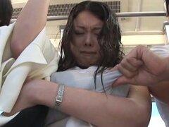 Tetona japonesa viciosa chupando polla y follada en un autobús público