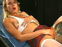 Rubia milf en gets minifalda que coño jugó al orgasmo por la máquina de sexo