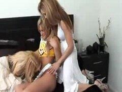 2 Milfs lesbianas seducen a una animadora adolescente en su primer trío de FFF