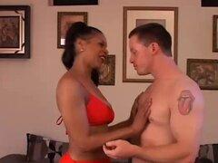 Sexy negro MILF Semmie ama follando joven blanco