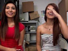 Amateurs latinas comparten la barra. Latinas amateurs compartir barra durante la entrevista de casting trastienda