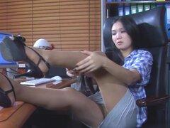EPantyhoseLand Video: Mima A. Mima A pone sus piernas sobre el escritorio admirando su suavidad nyloned suave, y se enciende a la chica. Ahora ver a esta caliente Secretaria oriental extendiendo sus piernas amplia y reveladoras no lleva bragas debajo de s