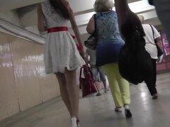 Coquette accidentalmente participa en sexy upskirts, upskirt Amateur acción con novia morena delgada se retrasó mucho en vestido sexy camina en el metro.