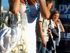 Upskirt de tiro de un turista vestida con un vestido corto y bragas blancas, un turista perdido llevando un vestido blanco corto vaga en busca de su destino sin saber que una cámara se empujó hacia arriba su vestido