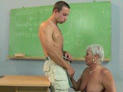 Profesor de abuelita mamando y beso negro estudiante