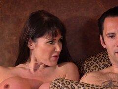 Busty cougar Frances anal paseos a spy joven. Facefucked bigtitted francés joven espía de Puma cockrides analmente
