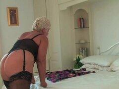 Una abuelita en nylon oscuro frota su viejo botón de amor, Breasty curvy abuelita Sandie de OlderWomanFun.com es vestida para arriba en ropa interior y medias de nylon oscuras y frota su clítoris viejo.