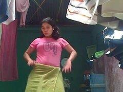 Kinky chica amateur muestra su coño peludo y MEA en clip casero