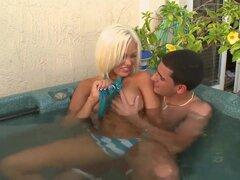 Blondie fantástico con cuerpo ideal Jenny Hendrix resulta totalmente desnuda antes de empezar a jugar con la polla grande del chico. Ella está dando pajas y mamada genial.