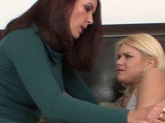 Magdeline St. Michaels abre sus piernas para un polluelo lesbiano cachondo - Magdeline St. Michaels