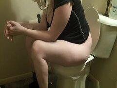 Mujer rubia con muslos gruesos espiado orinar, mujer rubia con muslos gruesos espiado por cam oculta en baño teniendo un pis y limpieza de su coño.