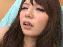 Japonesa buenorra moja su coño. Japonesa buenorra moja sus labios del coño y se burla de ella con el vibrador