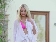 Anna Mari en tarde Dip - PlayboyPlus, internacional modelo Ana Mari tiene todo para darse un chapuzón en este video del productor Fredrik Andersson. Meterse en un bikini rosa lindo, rubia s de Ana en la piscina. S un día caliente y soleado, la s de agua f