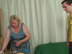 Esposa encuentra a su hombre follando a abuela grande