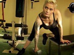 Mila Milan ejercitándose en el gimnasio y luego trabajando una polla - Mila Milan