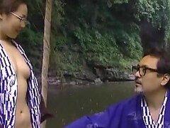 Cachonda MILF Asiatica de la zona rural obtiene su concha peluda follada al aire libre