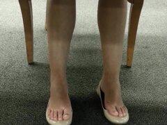 Cándida chica japonesa pisos sudorosos Shoeplay en la biblioteca