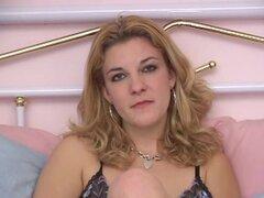 Una mujer madura super caliente se desnuda completamente y se frota su coño con un vibrador - Skylar