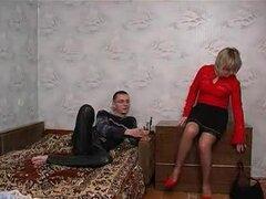 Mama rusa muestra amor.