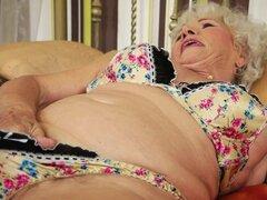 Placer por la tarde para vieja cachonda abuela masturbándose