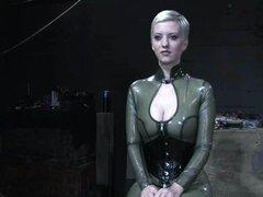 Cherry Torn obtiene torturado al orgasmo por el sargento mayor en la escena de BDSM