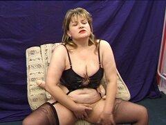 Sexy puta mayores Olina tiene diversión kinky con algunos juguetes eróticos - Olina