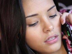 Bonita latina teen con rieles, guapa latina adolescente se cerca con barandilla antes de llegar la cara con crema