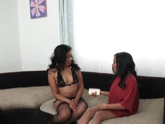 Hermosas lesbianas negras tienen sexo tijera con Hitachi!