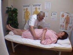 Chica obtiene coño profundo masaje en cam oculta voyeur video, seductor asiáticas chica es en la sala de masajes privada obteniendo su nice titted desnuda frota hacia abajo y aprieta y también disfruta de un masaje de coño profundo en el voyeur cam oculta