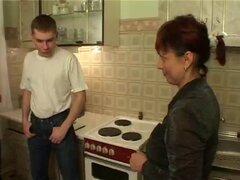 Mi tía peluda follar mis amigos en la cocina
