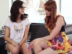 Preciosa lesbiana nerd estropeada por la Ginebra infiel casada. Preciosa lesbiana nerd nena mimada por el jengibre infiel casado