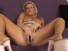 Fabulosa pornostar Chelsea Zinn en clip porno más caliente de maduras, dildostoys. Aquí, se te baje viendo a esta cachonda rubia elegante, Chelsea Zinn, como ella deja sus hooters colgar fuera de su tapa del halter, mientras tirando de sus bragas tanga al