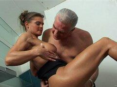 Un jefe más viejo folla a su joven secretaria en su escritorio