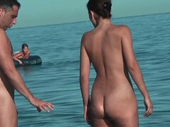 Juguetonas chicas muestran sus tetas en la playa nudista. Juguetonas chicas muestran sus tetas en la playa nudista
