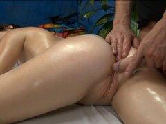 Chica de 18 año de edad. Chica de 18 año de edad se la follan duro por detrás por su terapeuta de masaje