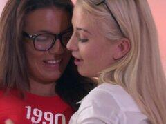 Cayla Lyon Vanessa Decker en lesbianas Gamer chicas caliente Romance - novias, Cayla Lyons y Vanessa Decker mirada absolutamente adorable jugando videojuegos en su muslo alto medias y gafas nerd. Desde el principio, es claro que Miss Decker que ella es má