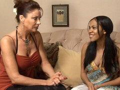 Nubia Vanessa Vidal en Nubia Lesbian Seductions 18, escena 04, preocupa un poco sobre cuando tener relaciones sexuales con su novio, pero la fusión de las complicaciones lejos como Vanesssa seduce a la amiga sexy innoncent en su cama.