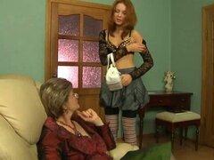 Culo hambriento nasty teen lesbianas follando de la abuela