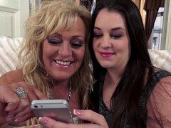 Lesbianas maduras haciendo con una preciosa morena en el interior - Angelina Brill, Magdi