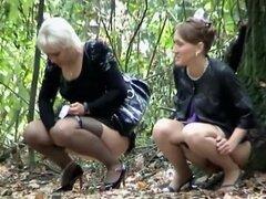 Grupo caliente de mujeres capturadas orinando, Voyeur pillada un sexy posse de milfs mientras estaban tomando un paseo en el parque y en un momento se detuvieron a orinar. No rompen la conversación mientras alinearon al orinar en la naturaleza y fue todo