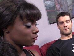Ana Foxxx obtiene golpeó por dos blancos chicos, Ana Foxxx es una sexy chica negra que intenta enseñar a Inglés de Ramón. Sin embargo, este tío no parece importarle y él más bien invitar a su amigo, Erik sobre a golpear a la maestra sexy en el estilo de t